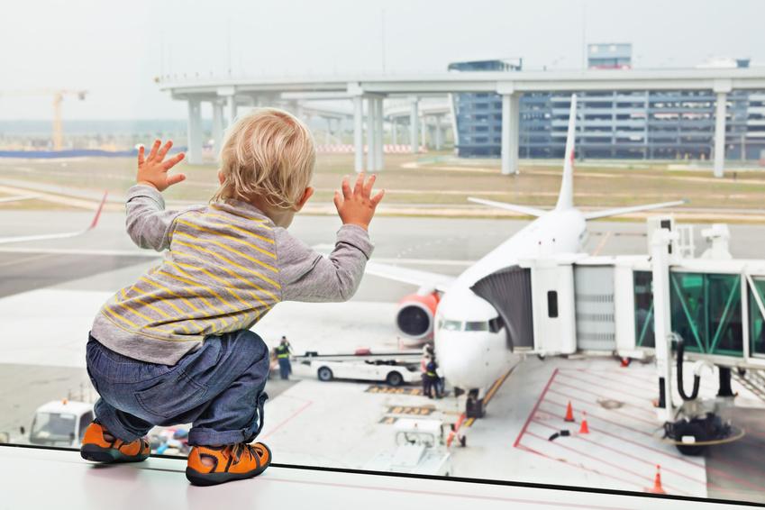 Préparer le premier voyage en avion de bébé