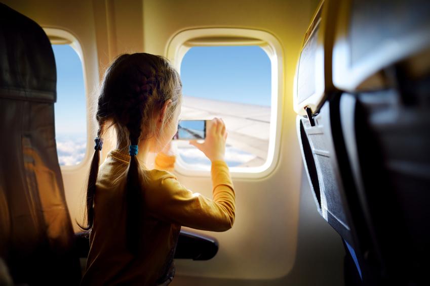 Enfant seul dans l'avion
